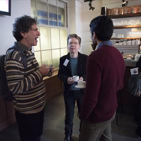 Tea or coffee? Fictie & non-fictie vertalers Jonathan Reeder (werkt aan 'Hoe ik talent voor het leven kreeg' van Rodaan al-Galidi) en Liz Waters (vertaalt 'De nieuwe politiek van Europa' van Luuk van Middelaar) in gesprek.
