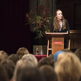Marije de Bie, de nieuwe coördinator van het Vertalershuis Amsterdam, opent voor de eerste keer de symposiumdag. De twintigste Literaire Vertaaldagen zijn georganiseerd door Peter Bergsma, Marije de Bie, Machteld de Vries (3x Vertalershuis), Pauline de Bok (Auteursbond), Isabel Hessel (Vlaamse Auteursvereniging), Fleur van Koppen (Letterenfonds), Lara Rogiers, Michiel Scharpé (beiden Vlaams Fonds voor de Letteren), Gea Schelhaas (Expertisecentrum Literair Vertalen) en Manon Smits (Lira Fonds).