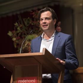 """Tiziano Perez, directeur van het Nederlands Letterenfonds sluit de dag af. """"De dichter Jan-Willem Overeem schreef ooit: 'Aan de jeugd de toekomst. Sterkte allebei.' Maar afgaand op deze Vertaaldagen, hoeven we ons voorlopig over die toekomst geen zorgen te maken. Gisteren - wat een timing - viel bovendien het vijfde nummer van het tijdschrift Pluk op de mat, met wederom een oogst van nieuwe vertalers. Nog zo'n mooi voorbeeld. [...] Maar we moeten wel zorgen dat dit zo blijft. En dat is precies de reden waarom de partijen verenigd in het ELV - de letterenfondsen in Nederland en Vlaanderen, de Taalunie en de Universiteiten Utrecht en Leuven - momenteel hard werken aan een nieuw Vertaalpleidooi. Concrete aanleiding voor het nieuwe pleidooi, het zal u niet verbazen, is wat ik maar even kort door de bocht de huidige crisis in het talenonderwijs zal noemen, die zich onder meer uit in dramatisch teruglopende studentenaantallen in Nederland en Vlaanderen, beëindiging en samenvoegingen van studierichtingen, verengelsing van het hoger onderwijs."""""""