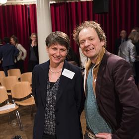 Frank Westerman wilde zijn vertaalster Spaans, Goedele De Sterck, graag persoonlijk feliciteren. Links van hem: Mireille Berman, non-fictie specialist, afdeling buitenland, Letterenfonds.