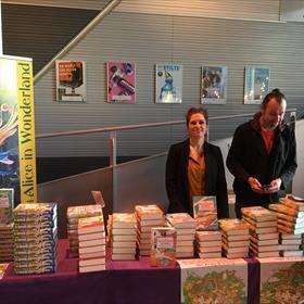 Yvon & Stefan van Kinderboekwinkel Alice in Wonderland maken zich klaar voor de verkoop in een uitverkocht Theater aan het Spui.