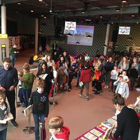 Na afloop van de voorstelling stelt iedereen zich in een rij op om zijn boek te laten signeren.