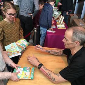 Andy begint met signeren. In verband met de drukte én het feit dat hij daarna nog door moet naar Rotterdam voor een voorstelling, zijn er 'strenge regels': Andy signeert maar één boek, hij schrijft geen opdrachten en foto's kan je het beste tijdens het signeren nemen.