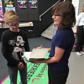 Ook Jill, Andy's vrouw en één van de drie hoofdrolspelers in de Waanzinnige Boomhut-boeken, signeert...