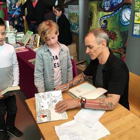 Sommige kinderen hebben hun 'eigen boek' meegenomen met de vraag of Andy die ook wil signeren.