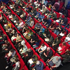 Na Den Haag volgt een volle zaal in het Bibliotheektheater in Rotterdam. Leuk is om te zien hoeveel kinderen – in afwachting van de voorstelling – in hun nieuwe Boomhut-boek aan het lezen zijn!