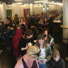 En ook in Rotterdam wacht iedereen geduldig op een handtekening van Andy.