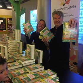 De enthousiaste Daniël (die de hele signeersessie dansend doorbracht) en Julia van De Kleine Kapitein verzorgden de boekverkoop in het Bibliotheektheater.
