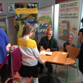 Voorafgaand aan de voorstelling signeert Andy al een paar boeken voor enthousiaste kinderen.