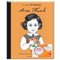 De Vier Windstreken laat boeken achter bij Anne Frank-standbeelden