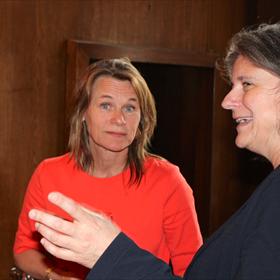 Caroline Reeders van Athenaeum Boekhandel en Esther Scholten van CPNB
