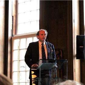 Voorzitter Henk Pröpper houdt een welkomstwoord. 'Buruma's werk getuigt van intellectuele moed.'