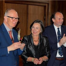Het moment van de uitreiking door Henk Propper, voorzitter van de Stichting, en Gerdi Verbeet, voorzitter van de Academie.