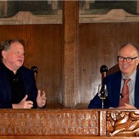 Bas Heijne geanimeerd in gesprek met Buruma: 'Als schrijver moet je met de billen bloot durven gaan, en er dan ook nog op vertrouwen dat mensen je blote billen willen zien'.