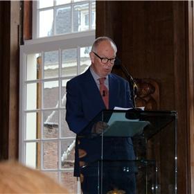 De laureaat heeft de lachers op zijn hand met zijn herinneringen aan Den Haag.