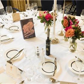 De tafels zijn nog leeg, maar aan deze komt genomineerde Bregje Hofstede te zitten.