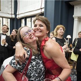 Anne Schroën (KVB) en Eveline Aendekerk (directeur CPNB) amuseren zich. Marja Pruijs en Philip Freriks zien het aan.