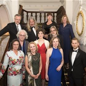 Staatsieportret op de trap: de genomineerde auteurs met de juryleden…