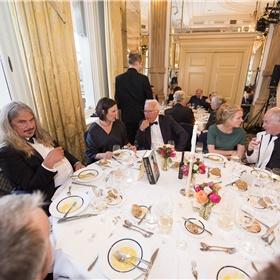 Tafel van Ilja Leonard Pfeijffer met onder anderen uitgever Elik Lettinga, Paul Witteman (juryvoorzitter 2014) en partner Melinde Kassens, en René Appel (Stichting Literatuur Prijs).