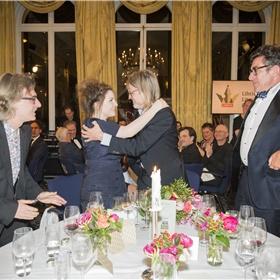 Hebbes! Lize Spit feliciteert winnaar Rob van Essen. Edo Dietvors (hoofd verkoop Atlas Contact) Sander Blom (redacteur Rob van Essen bij Atlas Contact) en Ronald Plasterk gaan dat doen.