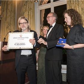 De buit is binnen! Rob van Essen met de cheque, juryvoorzitter Jet Bussemaker, Alexander Rinnooy Kan (voorzitter bestuur Stichting Literatuur Prijs), Minister Ingrid van Engelshoven (OCW).