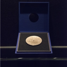 De bronzen legpenning voor de winnende auteur, een ontwerp van Irma Boom.