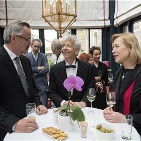 Genomineerde Jan van Aken met Ronald Plasterk (juryvoorzitter 2004) en partner. Op de achtergrond o.a. Arjan Peters (de Volkskrant) in gesprek met auteur René Appel, tevens bestuurslid Stichting Literatuur Prijs.