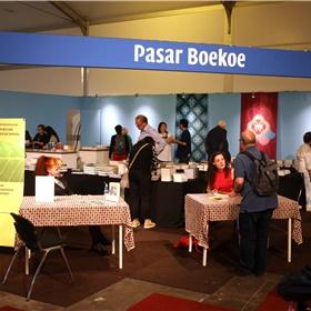 De Pasar Boekoe (mede mogelijk gemaakt door Paagman) waar Merel Hubatka plaats heeft genomen voor een signeersessie.