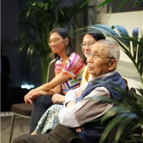 Panellid Ing Sioe Tan, Lina Sidarto (van het Chinese Indonesian Heritage Center) en panellid Hans Go tijdens de boeklezing van 'Een foto vertelt – Vijftig verhalen van Chinezen uit Indonesië'