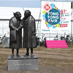 De Indische tantes bij de ingang van de Tong Tong Fair.