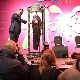 Haagse wethouder Richard de Mos opent officieel de 61e editie van de Tong Tong Fair door drie keer op de tong tong te slaan.