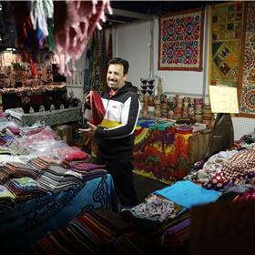 Een feest om langs de verschillende stalletjes te lopen waar onder andere prachtige sarongs worden verkocht