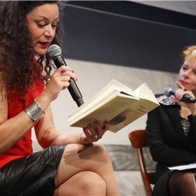 Merel Hubatka vertelt tijdens een boeklezing over haar roman 'Norman'