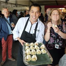 Pascal Jalhay was ooit de jongste kok in Nederland die een Michelin-ster ontving. Nu krijgt hij veel lof voor zijn kookboek 'Baru Belanda'. Tijdens de opening verzorgt hij vol trots de hapjes in de Hospitality Lounge