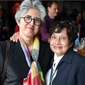 Directeur van de Tong Tong Fair Siem Boon (links) samen met Bea Berends-Sleebos (rechts), de Grande Dame van de Indische keuken. In de jaren '80begon zijhaar kookdemonstraties op de Pasar Malam Besar, in een speciaal voor haar gemaakt Kooktheater.