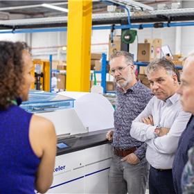 Dana van Baal (CB) vertelt o.a. Marco Veltien (Springer Media) over de mogelijkheden van de nieuwe apparatuur.