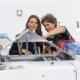 Maud Schumann (TempoTeam) en Nelleke Geel (Meridiaan uitgevers) zijn onder de indruk van de apparaten.