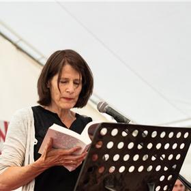 Astrid Lampe draagt voor uit de ruim driehonderd pagina's tellende bloemlezing 'La poésie néerlandaise contemporaine', die vlak voor de Marché de la Poésie verscheen bij Le Castor Astral.
