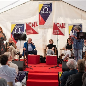 Acteurs Jehanne Carillon en Philippe Burin des Roziers lezen de Franse vertalingen voor van Benno Barnard, K. Schippers, Astrid Lampe en Martijn den Ouden.