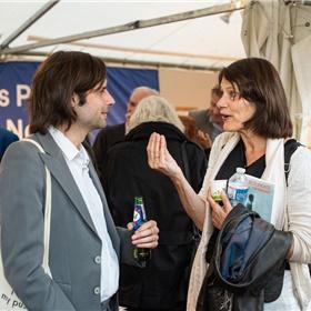 Dichters Astrid Lampe en Martijn den Ouden op de Nederlandse stand.