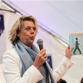Margot Dijkgraaf leidt de gesprekken met de Nederlandse dichters.