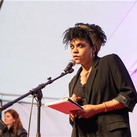 Radna Fabias draagt voor uit haar bundel 'Habitus', die net voor de Marché in Franse vertaling verscheen bij uitgeverij Caractères.