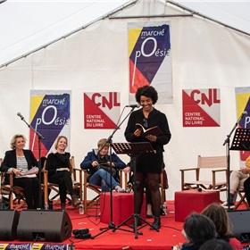 Simone Atangana Bekono draagt voor, op de achtergrond Margot Dijkgraaf, Kim Andringa en Rozalie Hirs.