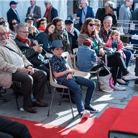 Het publiek van de Marché luistert aandachtig naar de Nederlandse delegatie.