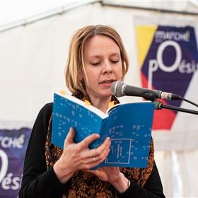 Vertaler Kim Andringa leest de Franse vertaling van gedichten van Rozalie Hirs voor.