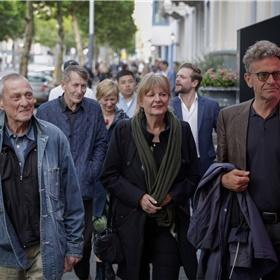 Op weg naar Desmet Studio's Amsterdam voor de uitreiking van de Brusseprijs 2019. Voorop: bestuursleden Marc Josten en Hanka Leppink van het Fonds Bijzondere Journalistieke Projecten met Mark Brusse. Daarachter Thomas Rueb (r) en Chris de Stoop allebei genomineerd voor de prijs.