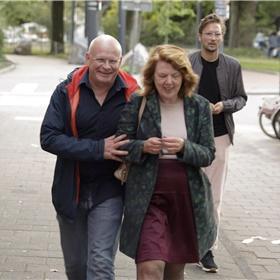 Evert de Vos - adjunct van De Groene Amsterdammer, de media-partner van de Brusseprijs arriveert bij Desmet, samen met Christa Compas (directeur Humanistisch Verbond).