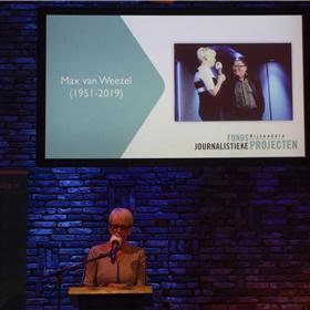 Elma Drayer memoreert op persoonlijke wijze de dit jaar overleden journalist Max van Weezel die naast zijn politieke stukken voor Vrij Nederland ook Met het Oog Op Morgen presenteerde en jarenlang de presentator van dienst was bij de verkiezing van het beste journalistieke boek.