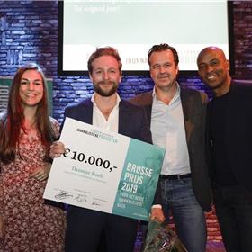 Brusse-jury poseert met blije winnaar: van links naar rechts: Brenda Stoter Boscolo, Thomas Rueb, Bas Haan en Humberto Tan.