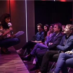 Presentator Sheila Sitalsing interviewt de genomineerden op de eerste rij in Studio Desmet tijdens de uitzending van NOS Met het Oog Op Morgen.